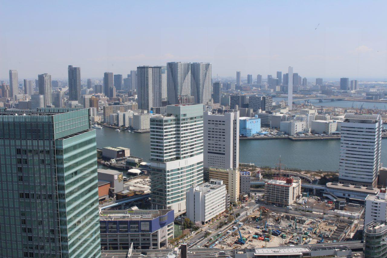 展望台から見た竹芝・勝どきのビル群の写真