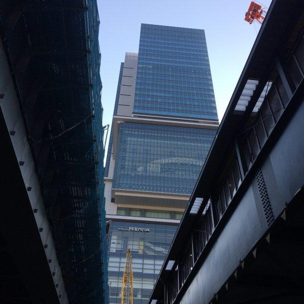 高架の隙間から見える渋谷ヒカリエの写真