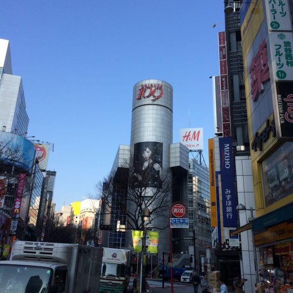 渋谷109と渋谷の街並みの写真