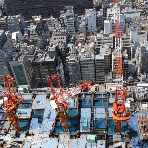 展望台から見下ろした建設中の高層ビルとタワークレーンの写真