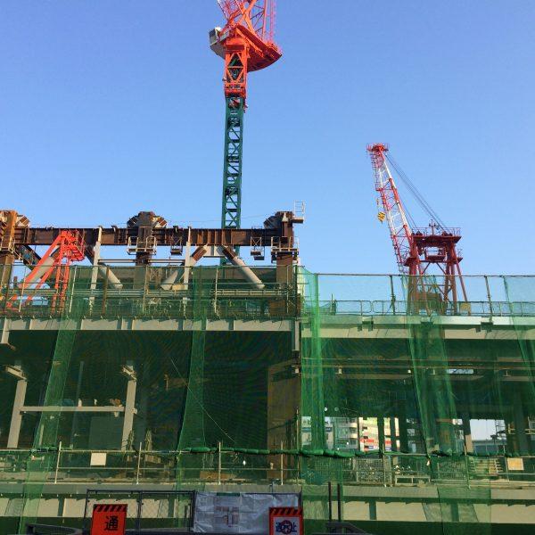 渋谷駅のタワークレーンと鉄骨の写真