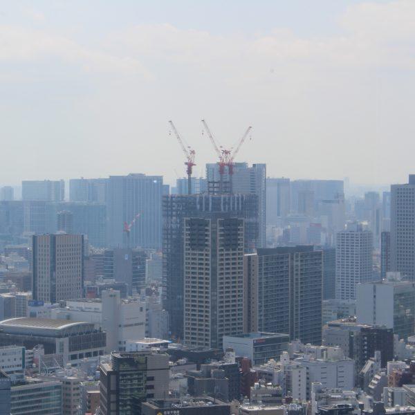 展望台から見た建設中の高層ビルの写真
