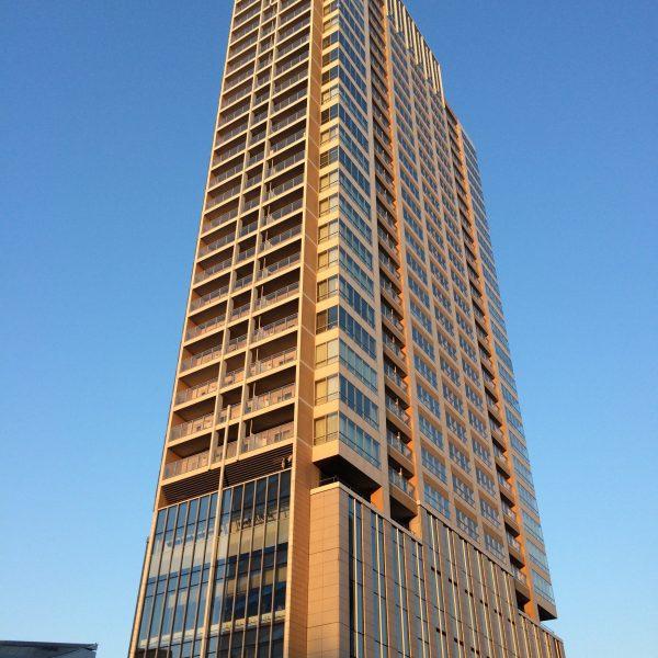 朝日に照らされた目黒のタワーマンションの写真
