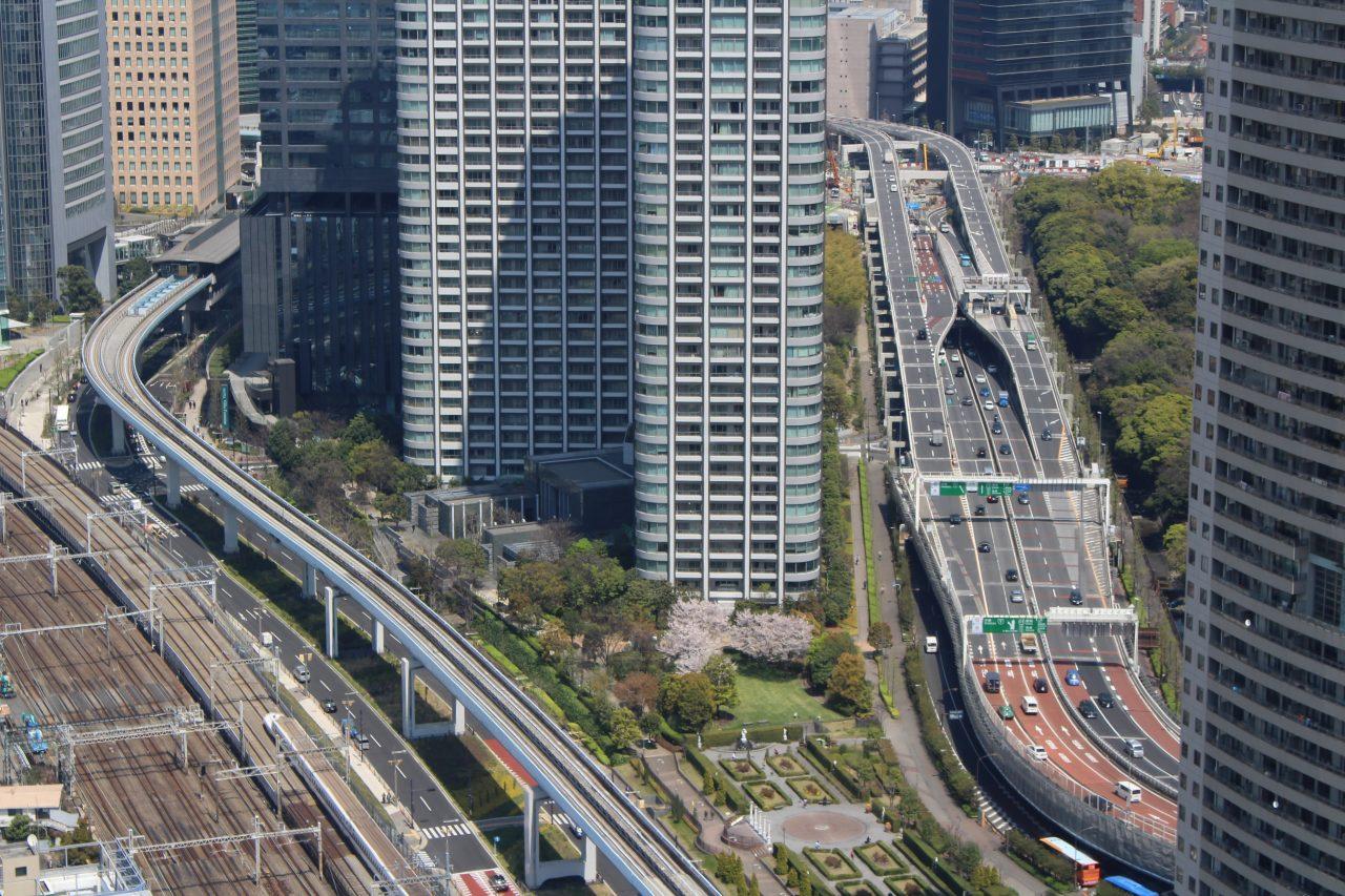 汐留の高層ビル街と東京の交通網の写真