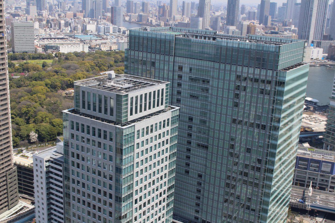 展望台から見た浜松町の高層ビルの写真