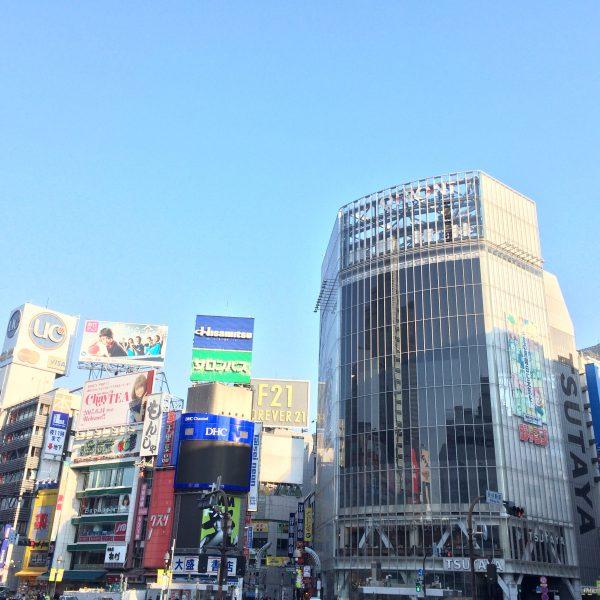 渋谷のスクランブル交差点とQFRONT2の写真