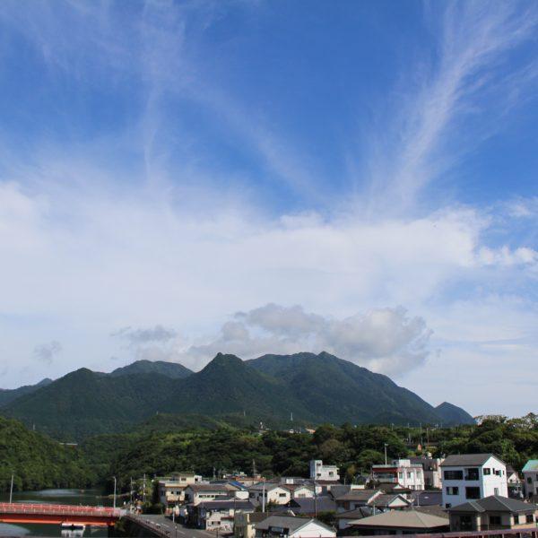 屋久島の山と安房の街並み1の写真