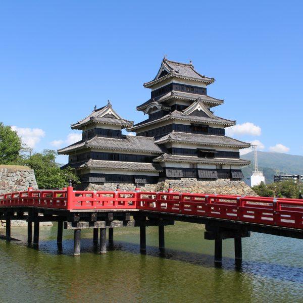 松本城天守閣と橋の写真