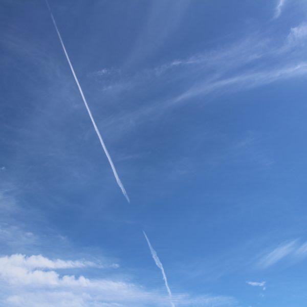 青空と飛行機雲の写真