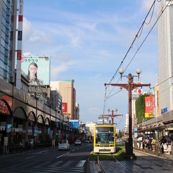 鹿児島市電の車両と天文館の街並みの写真