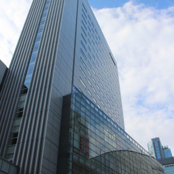 レム秋葉原とアキバ・トリムの高層ビルの写真