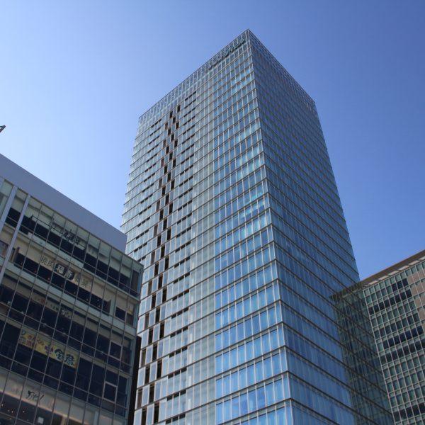 秋葉原駅前の高層ビル群の写真