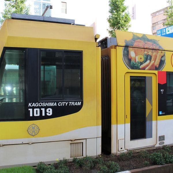 天文館通電停に停まる鹿児島市電の車両3の写真