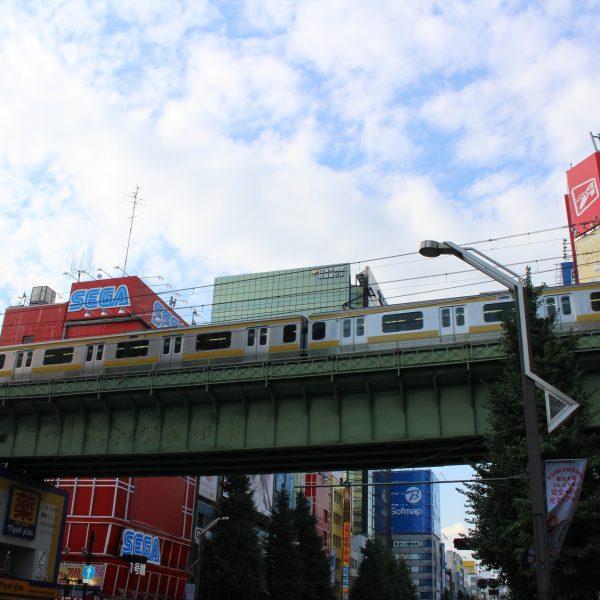 秋葉原の街並みと中央・総武緩行線の高架と列車の写真