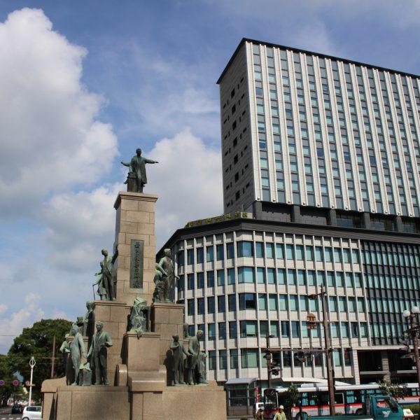 若き薩摩の群像と鹿児島中央ターミナルビル2の写真