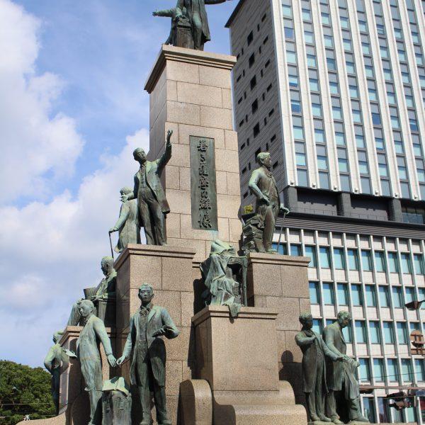 若き薩摩の群像と鹿児島中央ターミナルビルの写真
